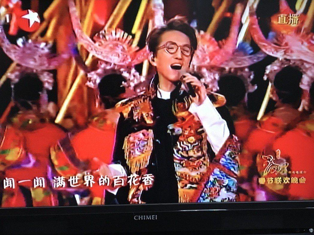 林志炫在春晚中演唱侗族的歌舞「太陽鼓」。 圖/翻攝自大陸央視直播