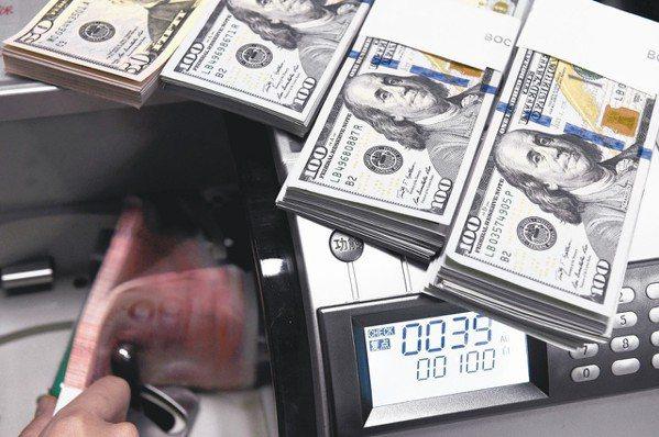 美元指數已跌破90,美元已貶值了相當幅度,專家建議,最好集中投資美元計價的高收益...