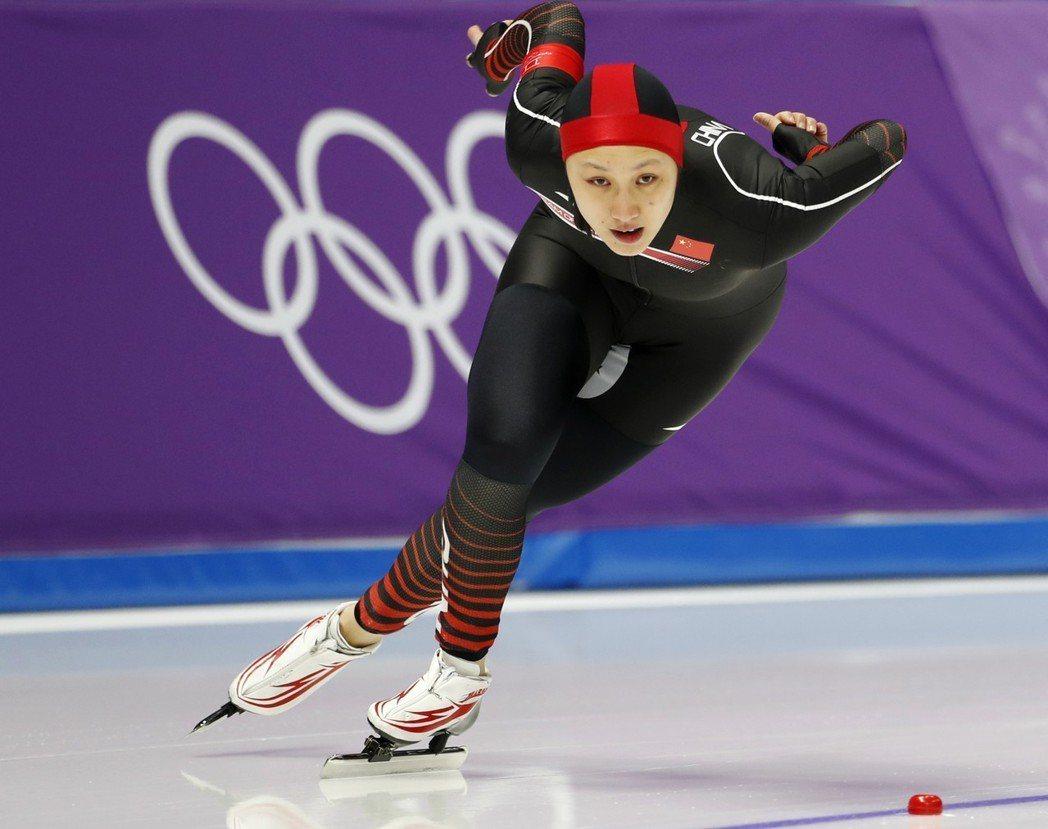 中國名將張虹14日在平昌冬奧速度滑冰女子1000米項目中,受到膝傷影響,不但衛冕...