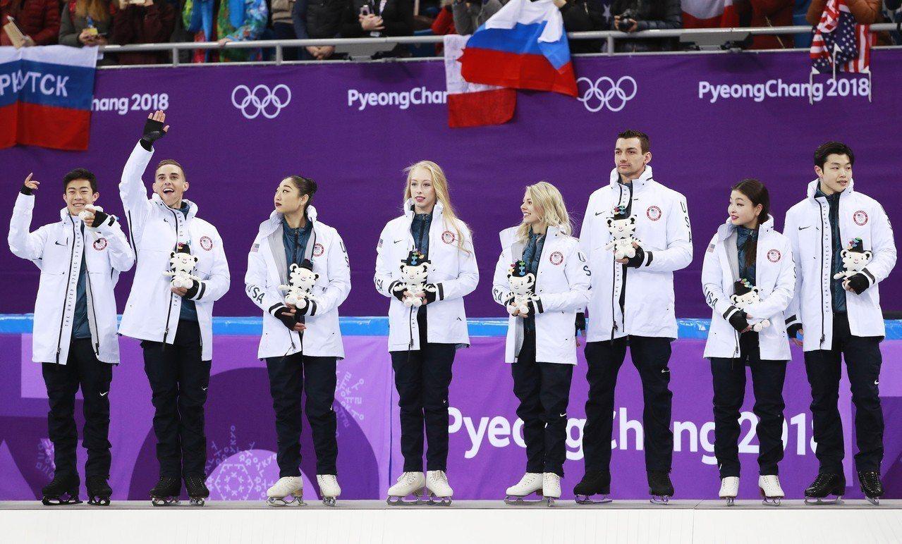 長洲未來(左三)成為首位在冬季奧運作出艾克索三轉跳的美國花式滑冰女選手。歐新社