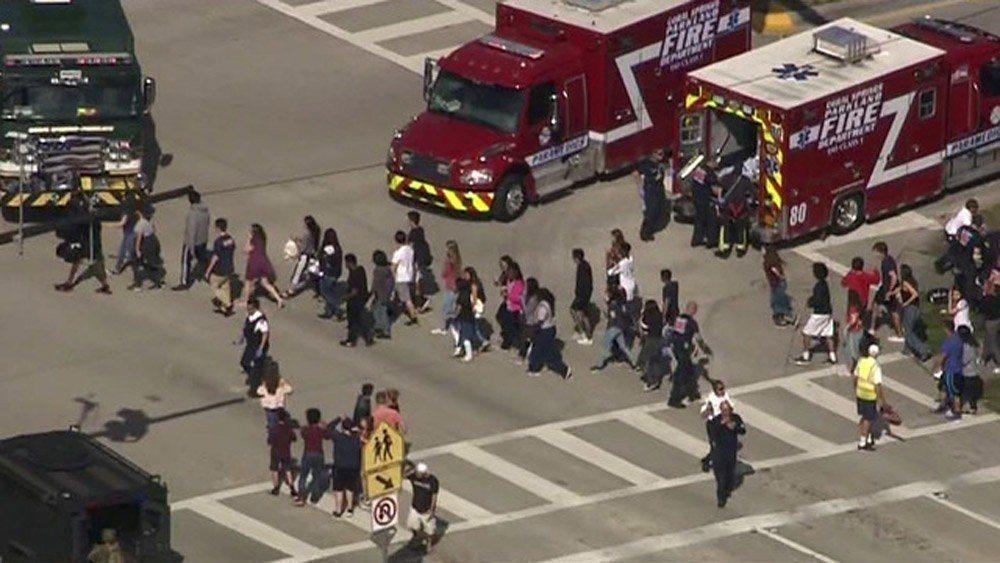 佛州一所高中於14日下午傳出槍響。圖為學生迅速撤出校園。路透