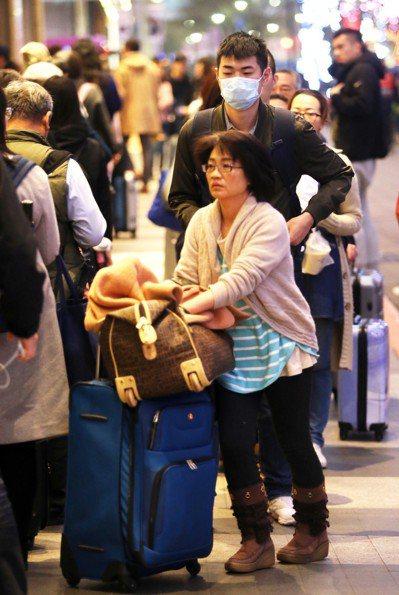 市府轉運站昨天傍晚湧現返鄉人潮,民眾提著大包小包的行李在轉運站大排長龍趕在除夕前...