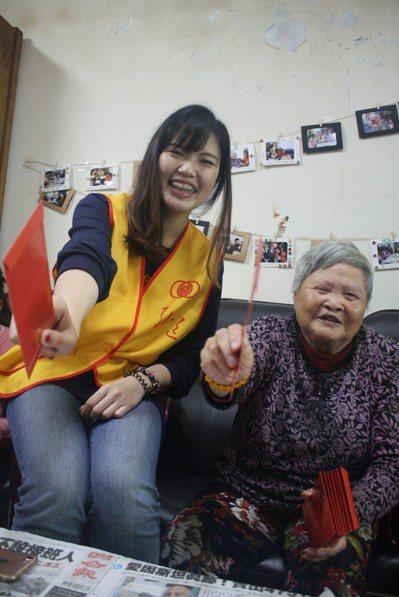 從小和爺爺奶奶一起生活的張若瑜(左),把對過世爺爺奶奶的思念轉化為行動,帶著全家...