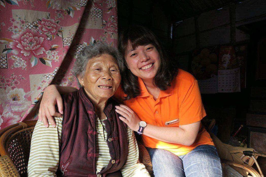 82歲的阿美奶奶(左),隨家人相繼過世,留她一人獨守百年老厝,直到近年弘道老人福...