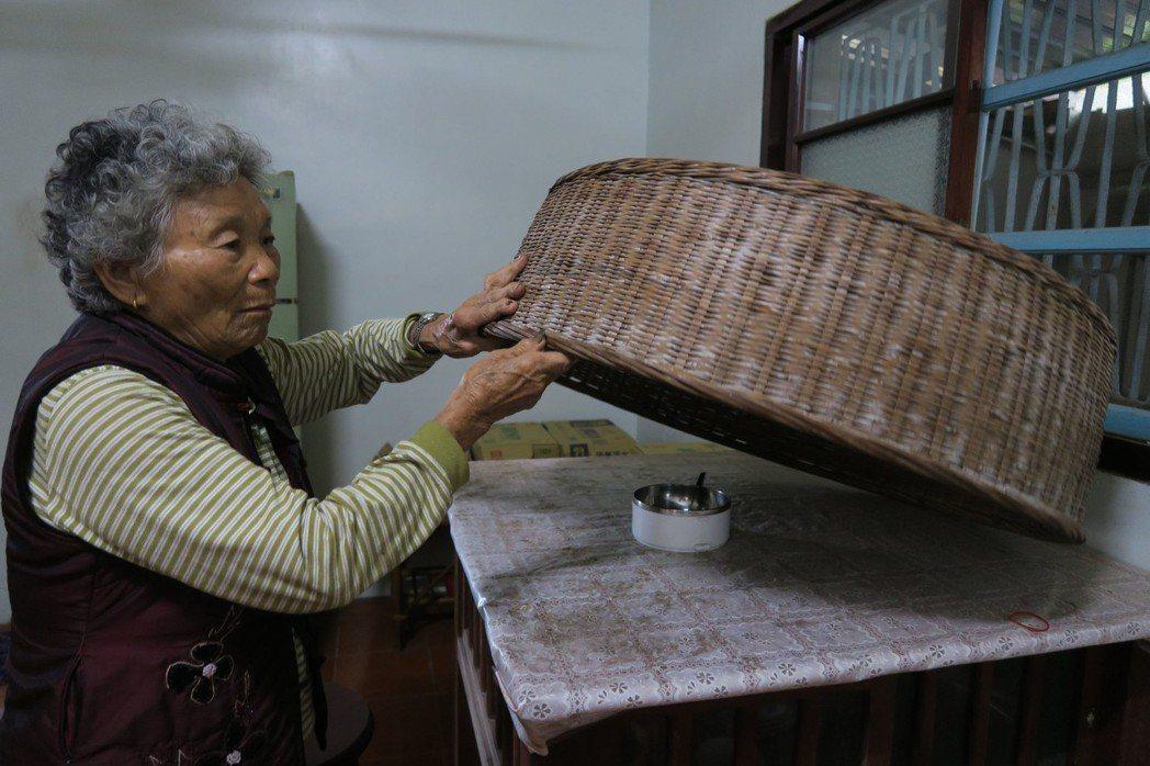 家住彰化的阿美奶奶,今年已經82歲,隨家人相繼過世,一人獨守百年老厝,經常一鍋白...