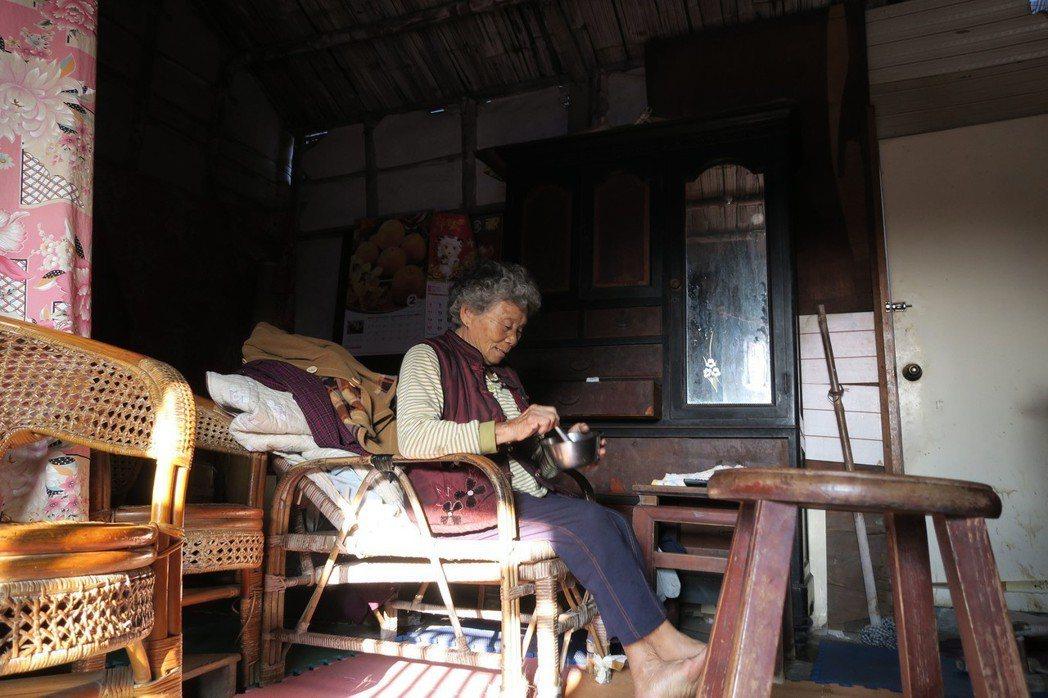 家住彰化的阿美奶奶,今年已經82歲,隨著家人相繼過世,留她一人獨守百年老厝。(弘...