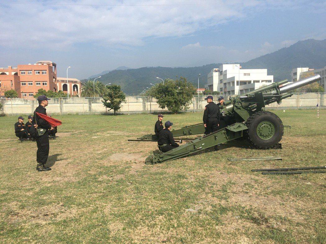 國防部移撥6門155榴砲給海岸巡防署,計畫前進部署南沙太平島,完訓的南部地區巡防...