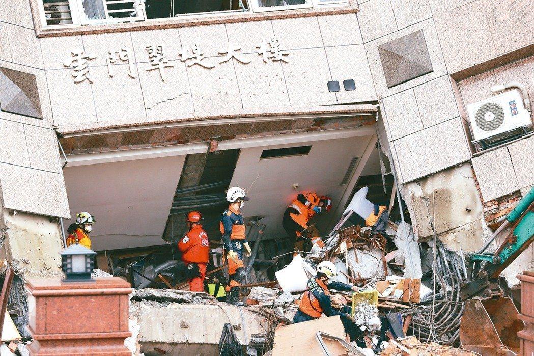 圖為花蓮強震,搜救人員在受災最嚴重的雲門翠堤大樓冒雨漏夜搜救。 聯合報系資料照/...