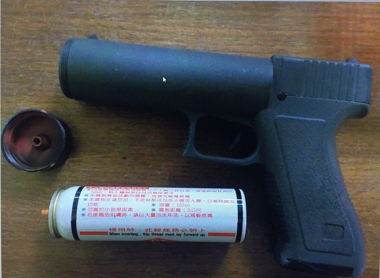 警方現場查扣辣椒槍。記者劉星君/翻攝
