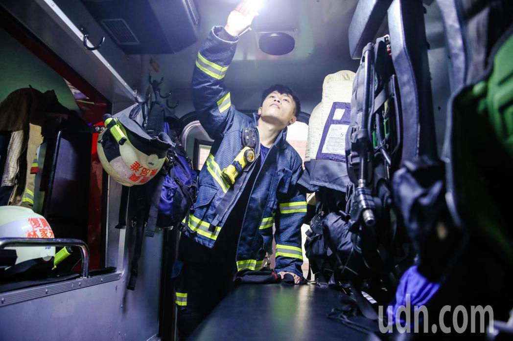 74年次的台北市消防復興分隊隊員賴怡達,曾在過年間跨縣市到台南救災。記者鄭清元/...