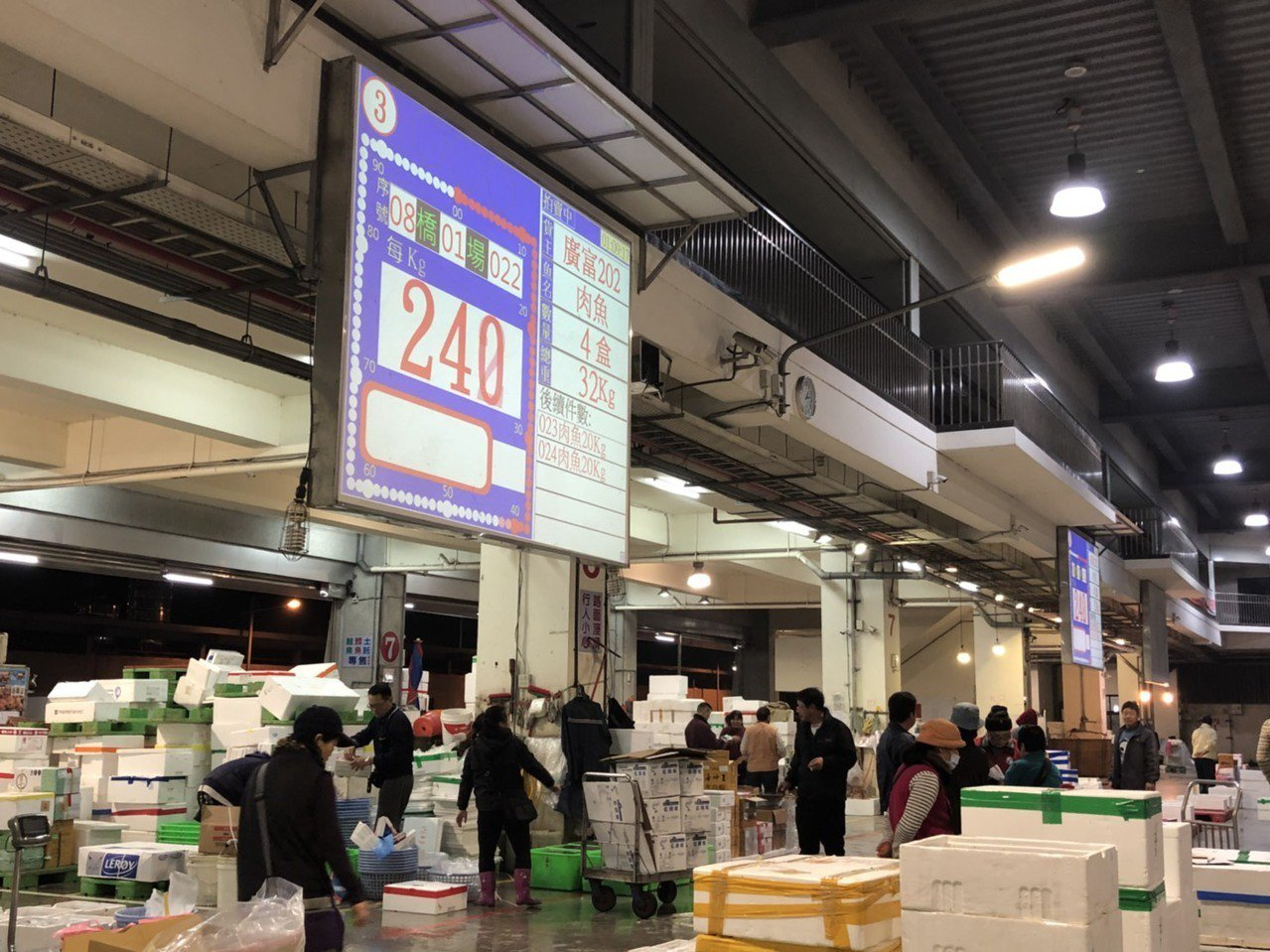 過年前,嘉義魚市場加倍忙碌,拍賣員、承銷人圍在魚貨旁交易,動作迅速俐落。記者王慧...