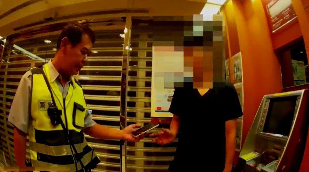 台中市警局統計,「金雞年」詐騙案件中,被害人生肖排名前5名為「鼠豬牛狗雞」,且前...