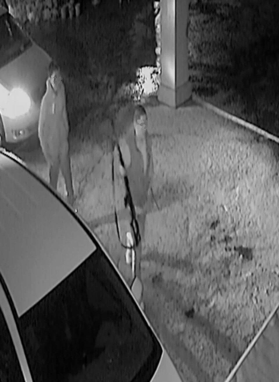 桃園市1家私人宮廟前轎車凌晨月初2名男子持棍棒、空氣長槍砸毀,車窗玻璃散落一地,...
