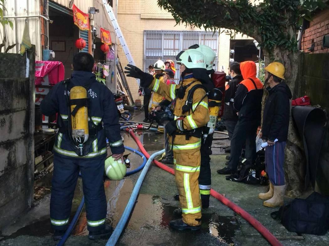 竹山鎮今天清晨發生火警,警消趕往火場灌救。圖/南投縣消防局提供