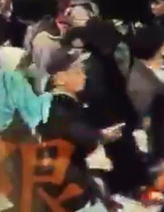 蒙古男子Nansalmaa(25歲)老練地扒走被害人的手機。記者王宏舜/翻攝