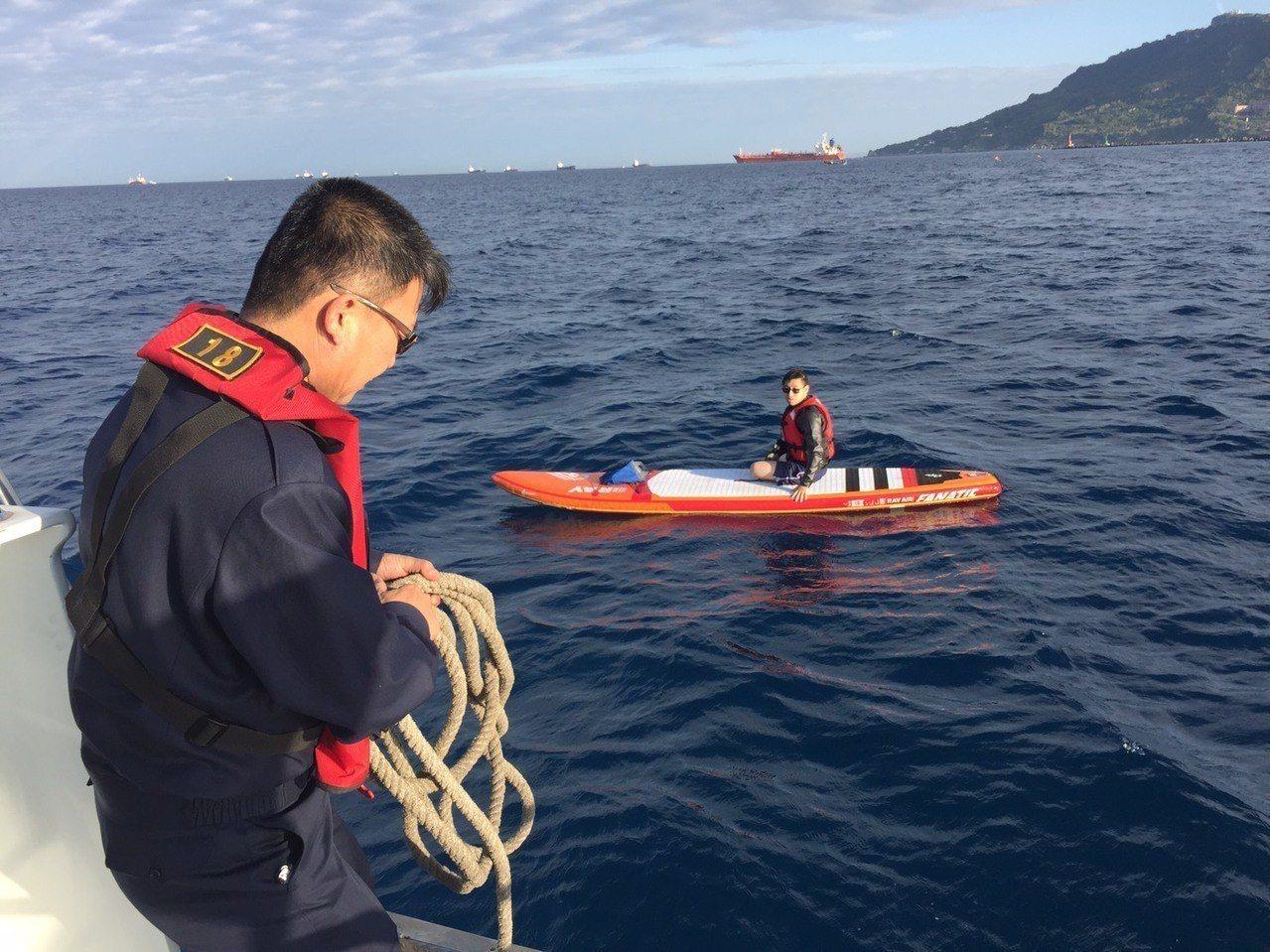 高雄港務警察總隊派派警艇前往救援,發現劉姓男子坐在立式槳板上,將他救上來。記者劉...