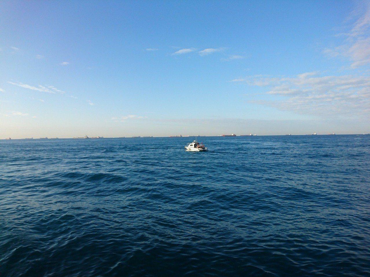 高雄港務警察總隊出動警艇前往救援。記者劉星君/翻攝