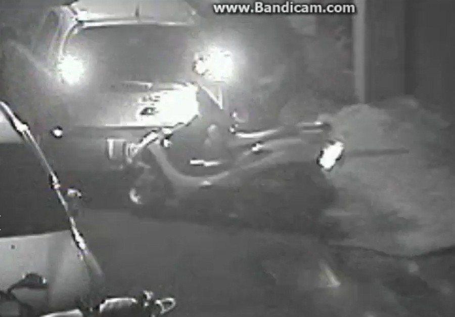 21歲詹姓男子發現警方尾隨後,開始猛踩油門,從國慶路與干城路口一路衝進南雅夜市旁...