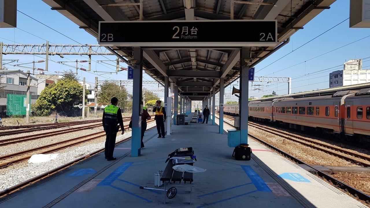 陳姓女子原本坐在月台的椅子候車,普悠瑪列車從A側過站時,她疑衝向列車,被彈飛至B...