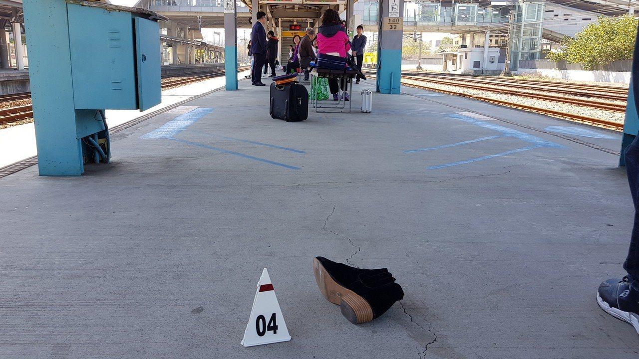 陳女的鞋子還遺留在月台上。記者黃瑞典/攝影
