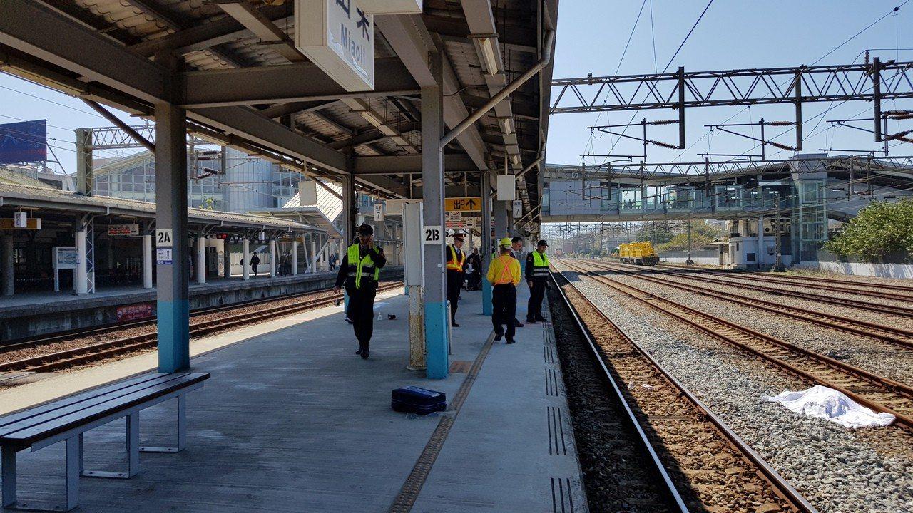 陳姓女子普悠瑪列車衝撞,從第2月台A側彈飛10公尺遠,陳屍月台B側的軌道。記者黃...