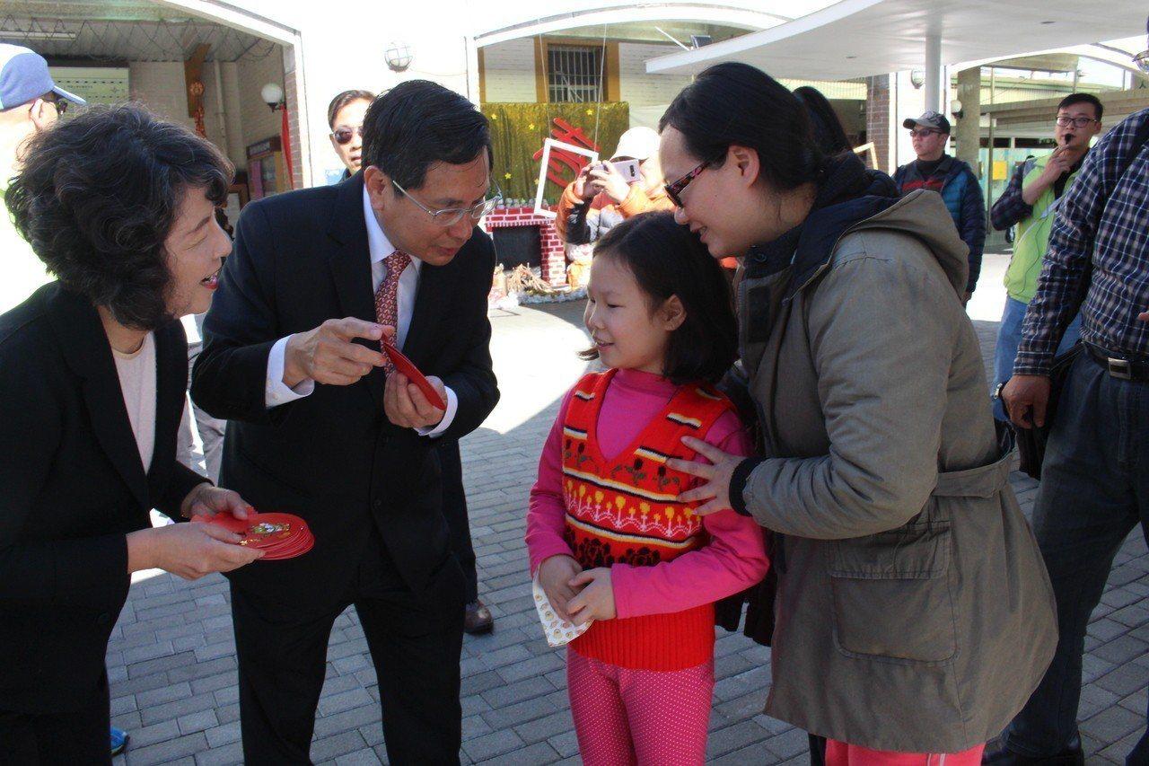 嘉義市長涂醒哲(左二)今天在夫人鄭玉娟(左一)陪同下,兩人早上9點30分抵達火車...