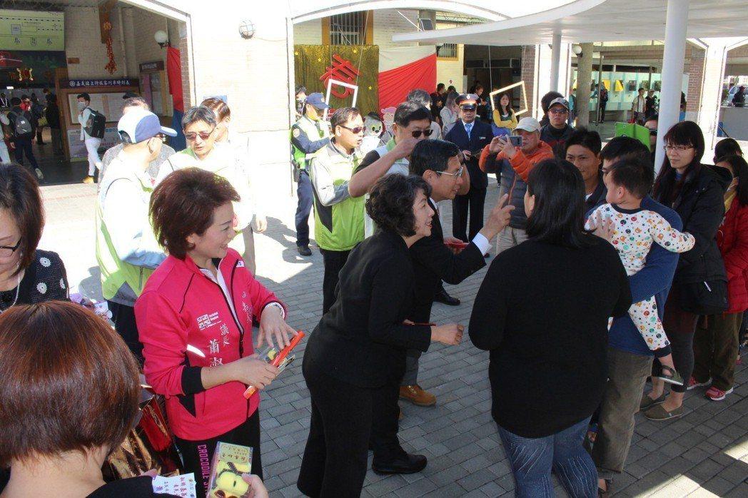 嘉義市議長蕭淑麗(穿桃紅色外套者)和嘉義市長涂醒哲(中)今天一早在嘉義火車站迎接...