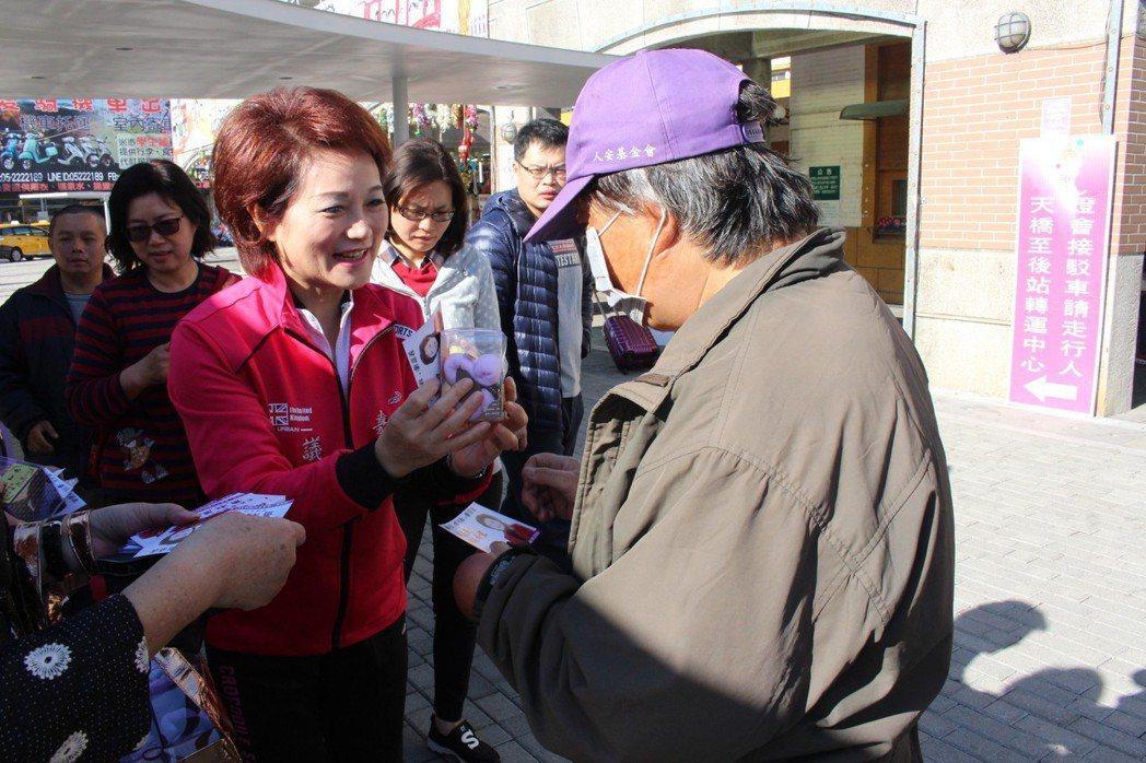 嘉義市議長蕭淑麗(中)今天早上9點到火車站前發創意狗毛巾,「祝大家狗年行大運」。...