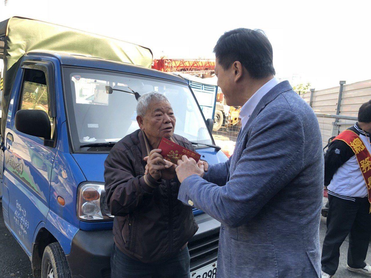 前台北縣長周錫瑋(右)至「刈包吉」(左)的愛心宴現場,感謝他的大愛為社會付出。圖...