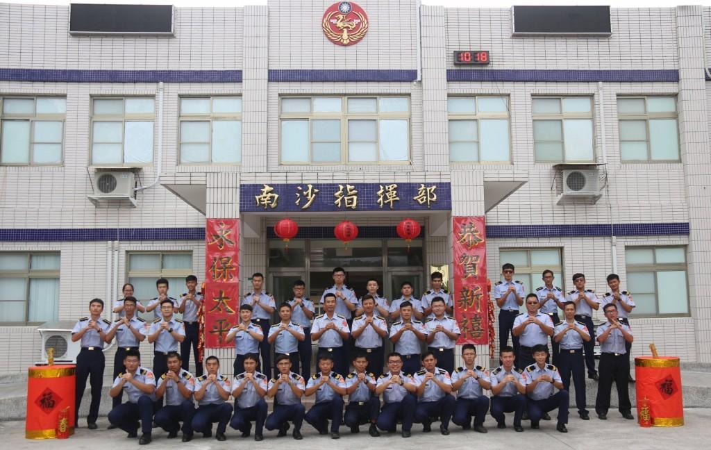 駐防在「國境極南」南沙太平島的海巡署官兵向全體國人祝賀新年。圖/海巡署提供