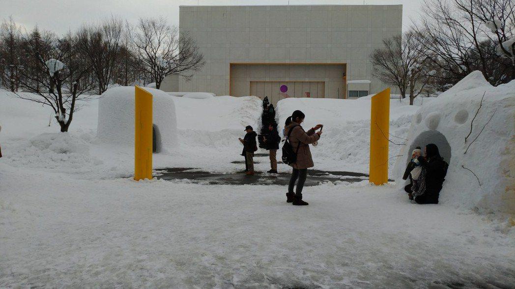 秋田故鄉村也展示小規模的雪屋聚落,除了傳統造型雪屋,還有俏皮的貓咪雪屋和愛心門口...