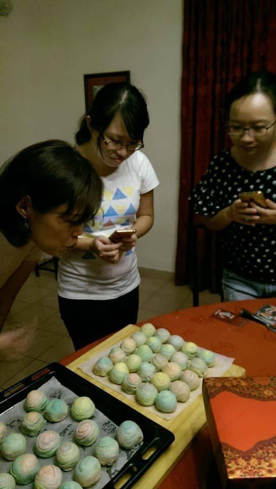 去年中秋節,林秀穗帶著使館人員一起製作彩虹酥。圖/布吉納法索大使館提供