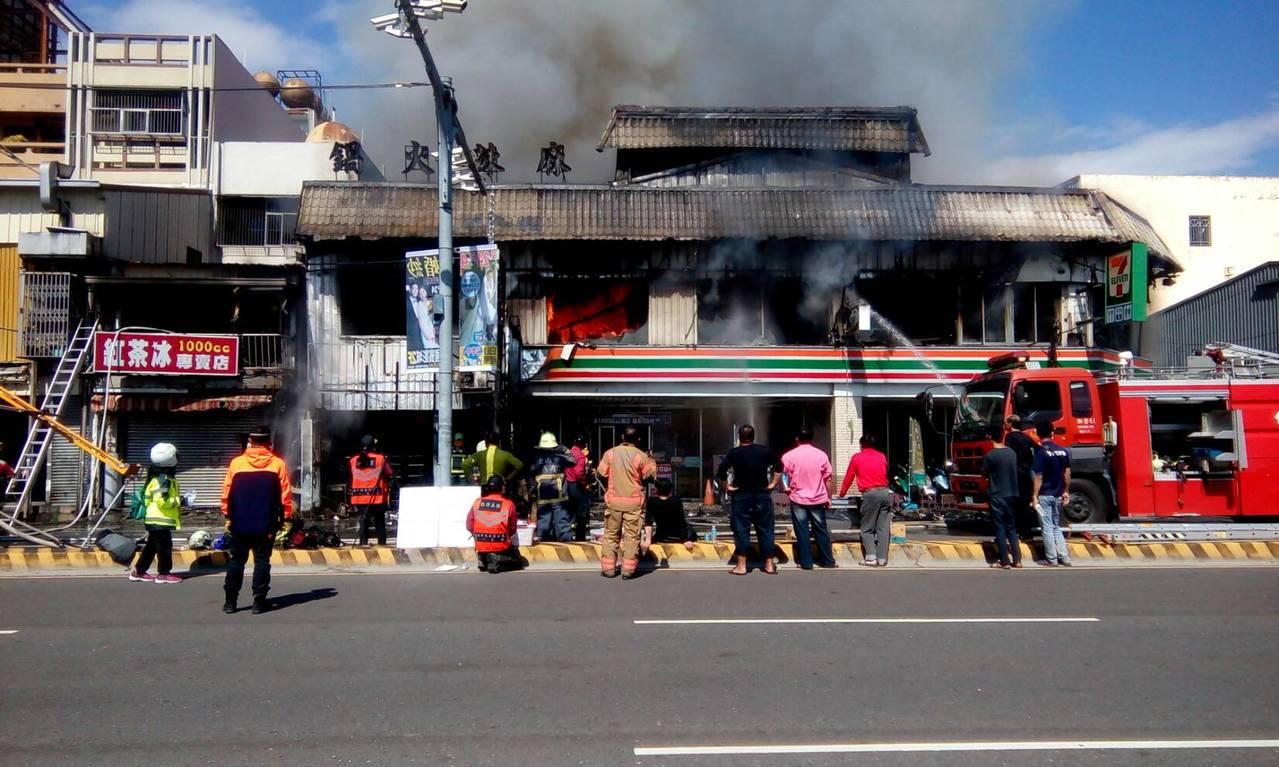 統一超商門市冒出大量濃煙,2樓門倉庫火舌蔓延灌救困難。記者謝進盛/攝影