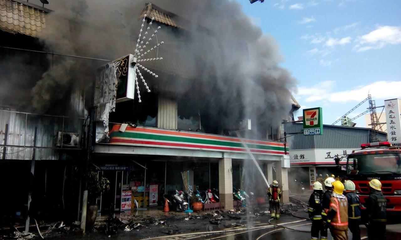 統一超商門市冒出大量濃煙。記者謝進盛/攝影