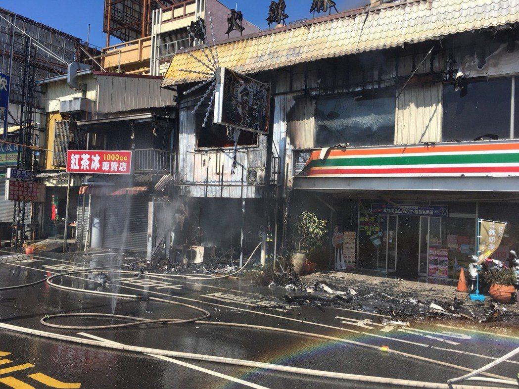 台南新營中午傳火警連燒3棟商家,統一超商門市也受波及。記者謝進盛/翻攝