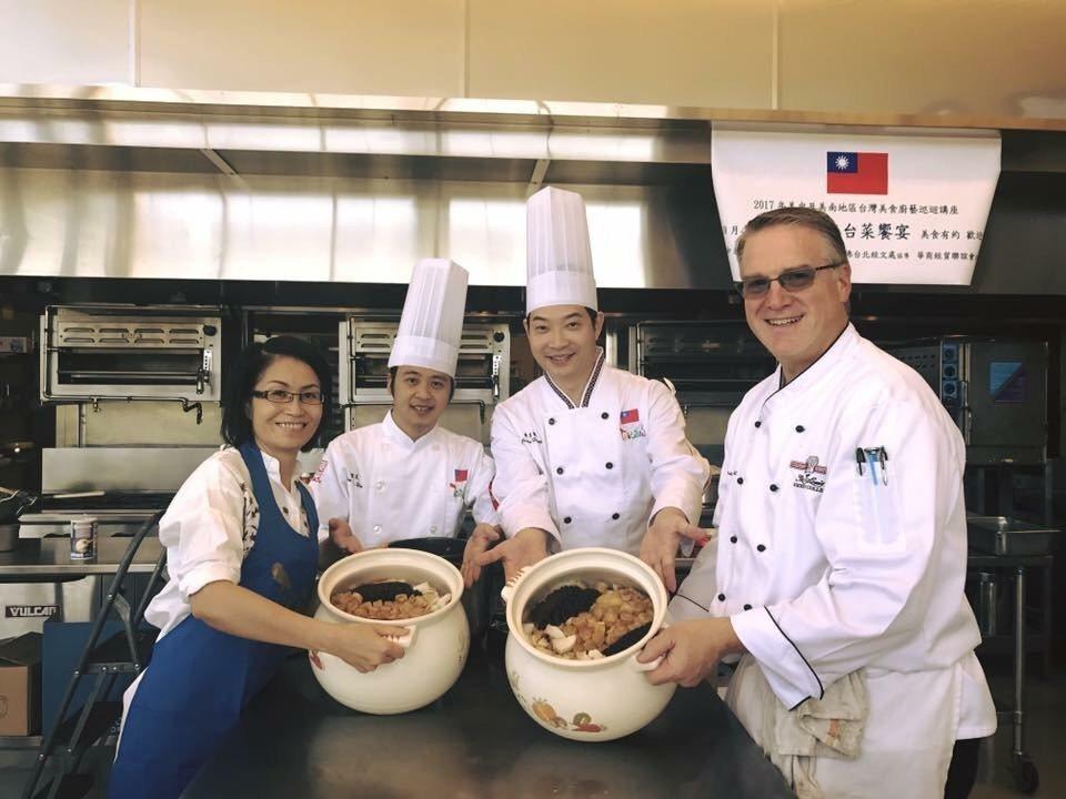 陳彥柔(左一)參加僑委會在密蘇里州聖路易斯市辦的美食廚藝展,活動有兩位師傅從台灣...