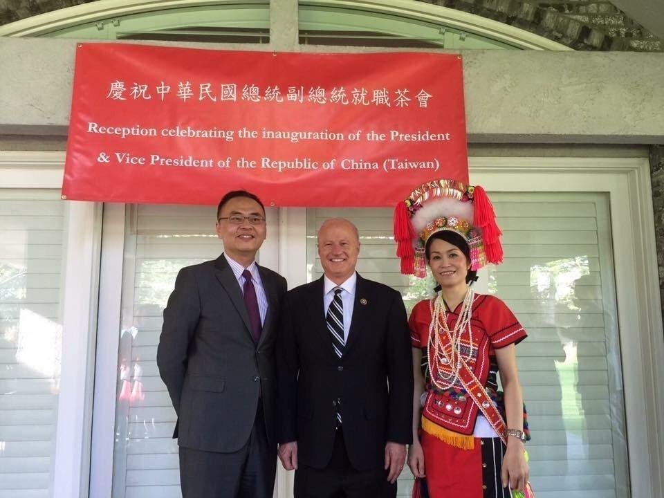 陳彥柔(右一)在慶祝總統就職典禮上,穿阿美族傳統服飾與會。圖/陳彥柔提供