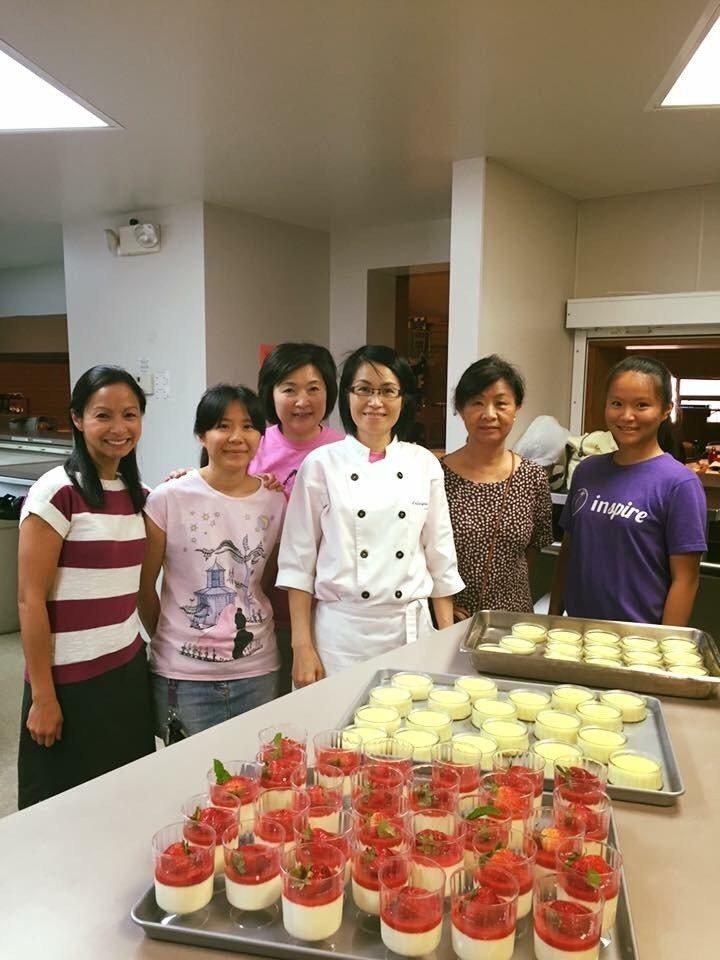 陳彥柔(右三)在科州中文學校夏令營的成人烘焙課程教學生做甜點。圖/陳彥柔提供