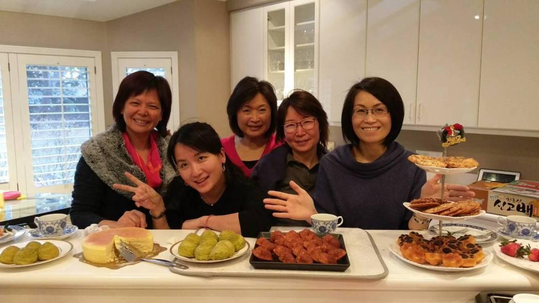 陳彥柔(右一)親自製作糕點款待朋友。圖/陳彥柔提供