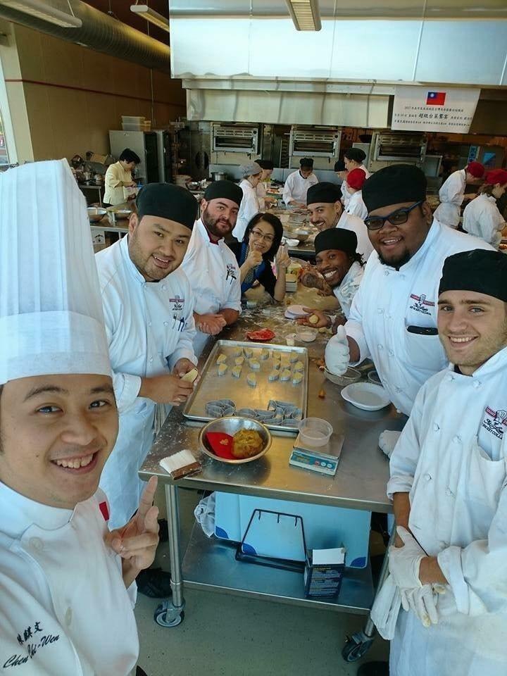 陳彥柔在密蘇里州聖路易市的廚藝學院教學生自製台灣造型鳳梨酥,學生們一致說好吃。圖...