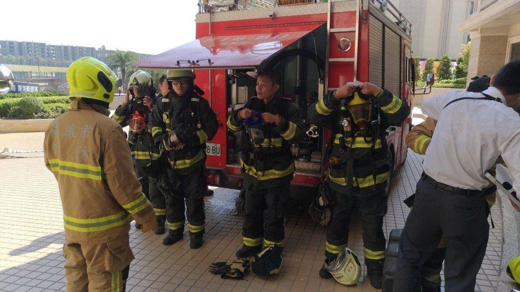 除夕上午,高市消防局大樹分隊在轄區義大天悅飯店舉行消防演練,場面逼真。記者劉星君...