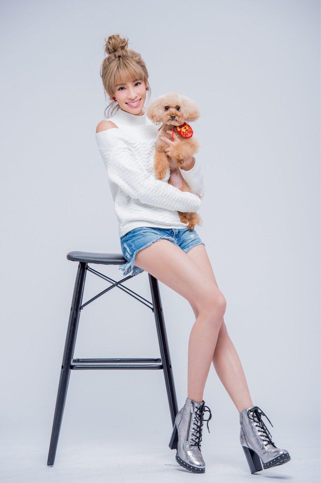 袁詠琳帶愛犬拍攝過年宣傳照。圖/杰威爾提供