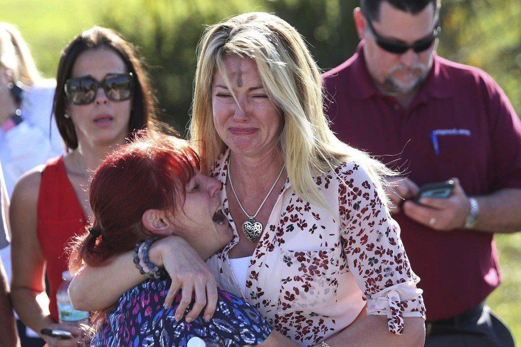 美國佛羅里達州一所中學驚傳校園槍擊事件,消息傳出後,家長焦急在外等待,槍手為一名...