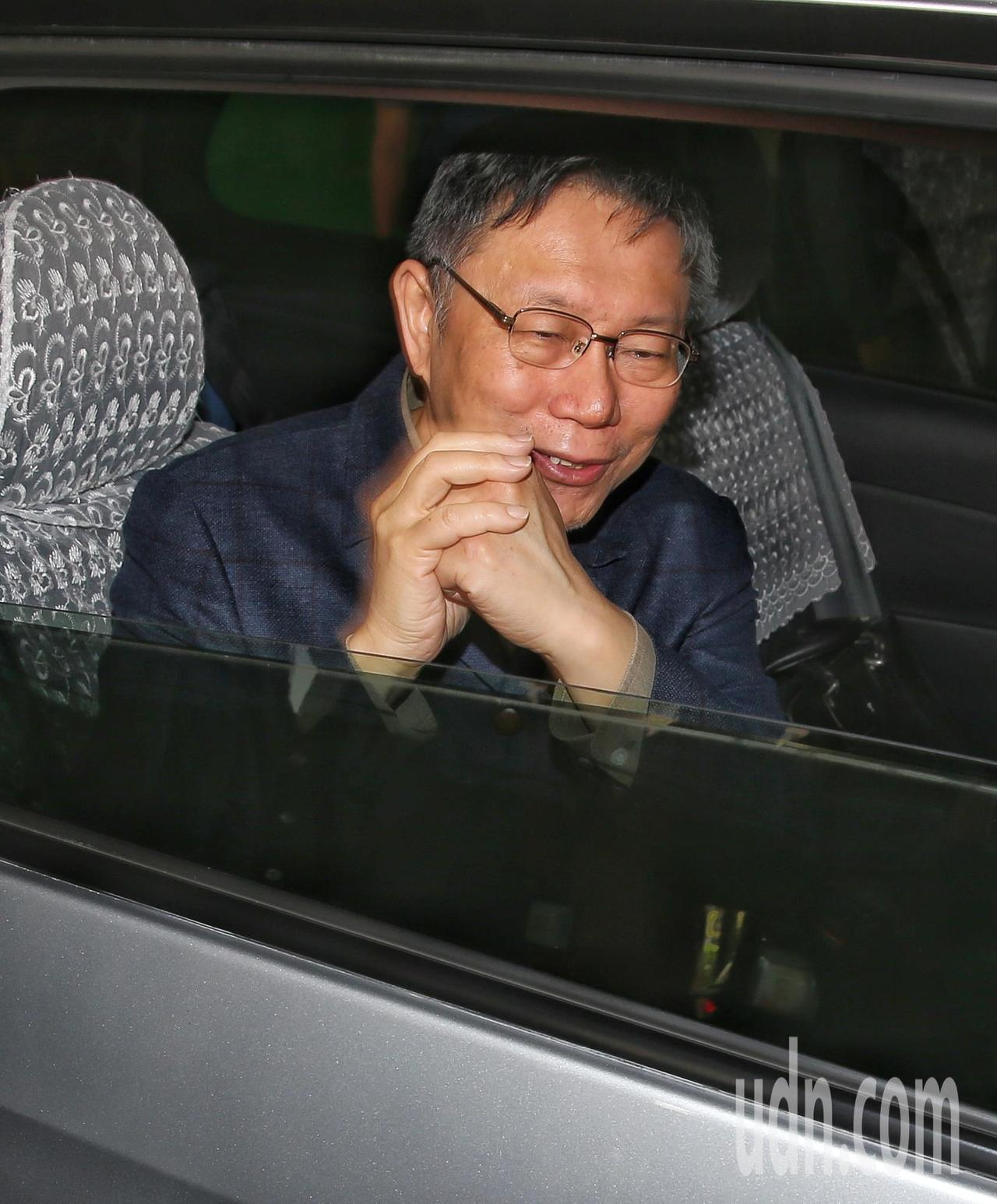 柯文哲離去前向大家拜年。記者鄭清元/攝影