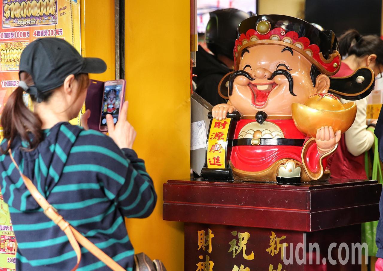 有民眾拍下財神爺期望中大獎。記者鄭清元/攝影