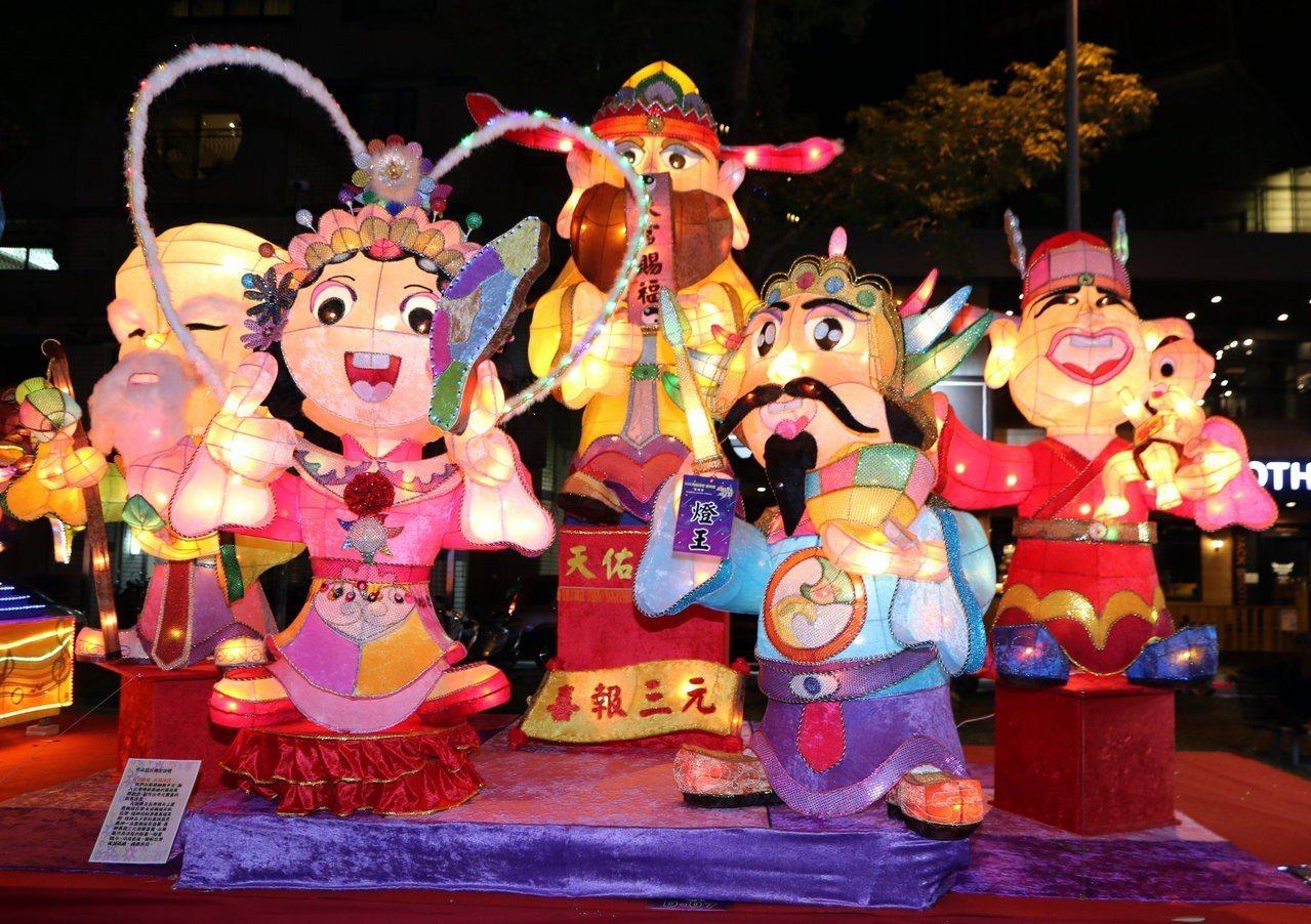 高雄女子監獄花燈作品「天官賜福、五福成吉」,獲得大專社會組的「燈王」。圖/高市教...