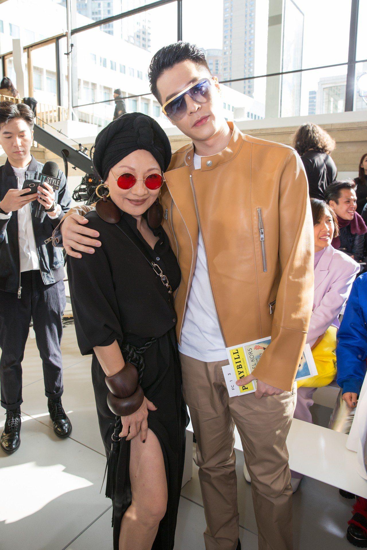 比莉姐露腿和周湯豪在紐約時裝周合影。圖/MICHAEL KORS提供