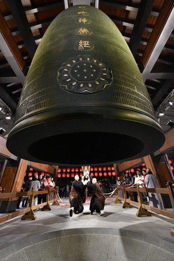 全球第一座刻有整部《法華經》的青銅梵鐘「法華鐘」下,總統蔡英文、行政院長賴清德、...