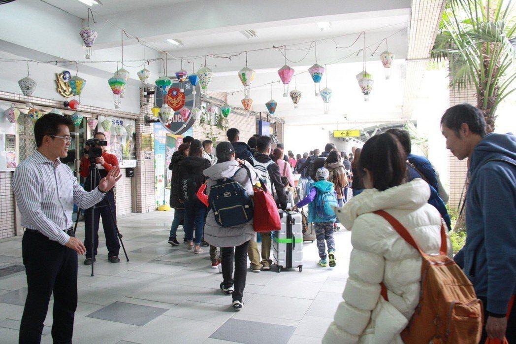。台東縣政府辦理的春節返鄉專車,第2班昨天下午抵達台東,縣長黃健庭(左)親自迎接...