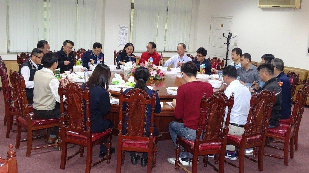 彰化縣警察局長林順家(後左3)除夕夜沒回台北與家人團聚,在縣警局陪伴輪值的員警吃...